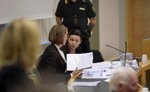 Den mordmisstänkta Johanna Möller med sin försvarsadvokat Amanda Hikes i rätten.