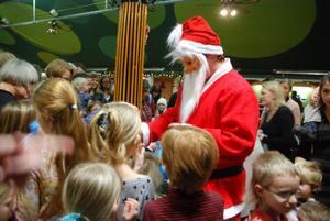 Tomten delade ut godsipåsar till alla barnen, vilket förundrade en del eftersom det inte ens var lördag.