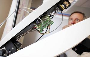 Stor kreativitet och nytänkande har gjort att C-Rad på Frösön har utvecklat              en laserskanner för att kunna stråla cancerpatienter med allt högre precision. Foto: Håkan Luthman