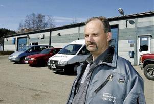 Thomas Åkerlund på Sundströms bilservice ska flytta sin verksamhet till Haléns bils gamla lokaler.