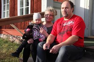 Rose-Marie och Rolf Söderberg hann koppla av en stund ute på trappen tillsammans med dotterdotter Lovisa Karlström.