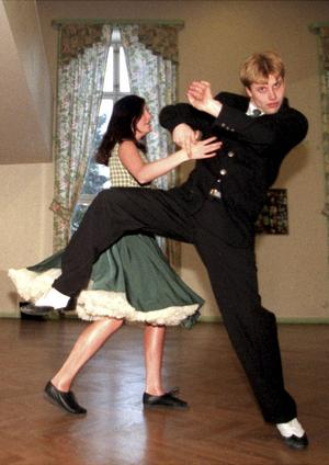 Dansande paret Marie Thörqvist 17 år och Jimmie Englund 22 år tävlingsdansar för Altira Sundsvall (980314)