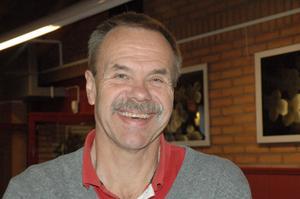 Jan Tommos har två passioner här i livet – ishockey som domare och jobbet som assistent för utvecklingsstörda elever vid Ljungbergsgymnasiet i Borlänge. I morgon, den 11 oktober, fyller han 60 år.