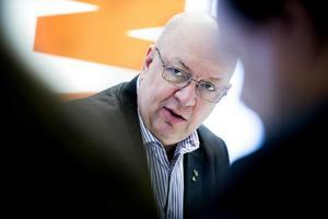 Oppositionsrådet Ulf Berg (M) kritiserar den rödgröna landstingsledningen för kritiken mot kirurgin i Falun.
