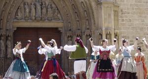 Folkloredans på jättefesten Las Fallas i Valencia.