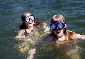 Erika Moxell, till vänster, och Emma Bill badade vid Önsjöns badplats i går. De, och övriga badare, kan vara lugna. Vattenkvaliteten i Östersunds kommun är normalt sett god.