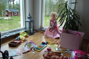 Fyraåriga Mira Kilström har picknick i vardagsrummet denna dag.