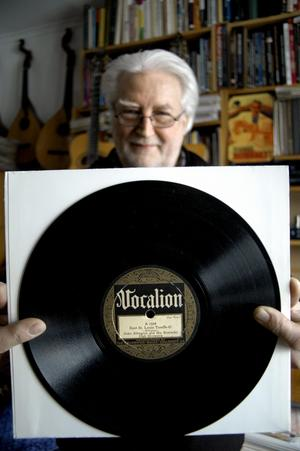 Många av de gamla 78:orna har vackra etiketter, visar Christer, här en med Duke Ellington.
