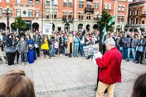 Över 900 personer hade meddelat att de skulle delta via Facebook. Och det var flera hundra som dök upp på torget.