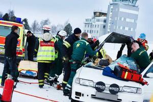 Räddningspersonalen fick arbeta drygt en halvtimme innan de kunde lyfta ut de två män som klämdes fast i bilen.