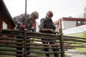 Gertrud Woxblom och Lilian Larsson var två av personalen som jobbade med att bygga en fastbandhage bakom servicehuset.