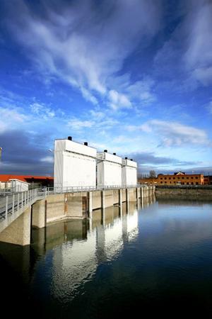 Ett minimikrav bör vara att hälften av den fastighetsskatt som staten tar ut på vattenkraftsanläggningar, i år 2,9 miljarder kronor, återförs till de kommuner och regioner där kraften produceras, anser Håkan Larsson (C).