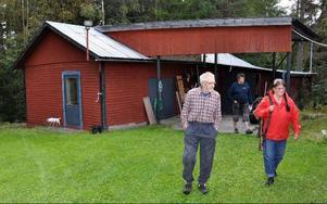 Per-Ivar och Gölin Jonsson framför gårdens specialbyggda älgslakteri.
