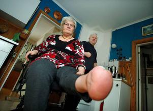 """""""Redan på sjukhuset i Gävle sa läkarna att de inte skulle kunna rädda min fot. Men nu kan jag gå hjälpligt på hälen"""", säger Anna Lindström från Grötingen.            Hennes sambo Carl-Ivar """"Loffe"""" Elofsson drabbades av en stroke för sex år sedan och sedan dess är högra armen förlamad. Foto: Jan andersson"""