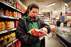 """Lovisa Lundberg äter mycket kyckling. Hon köpte ett märke som innehåller dansk kyckling. """"Det låter tragiskt det som hänt Kronfågel. Om det är sabotage är det ännu värre, säger hon."""