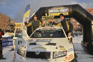Emil Axelsson och P-G Andersson höll en fart som ingen annan kunde matcha i årets Östersund Winter Rally. Totalsegern var odiskutabel. Hela 3,15 skiljde till Mats Jonsson.
