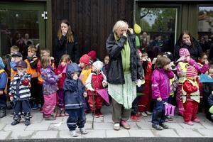 Nybyggda förskolan Leklunden i Örebro invigs. Barnen har tränat på flera sånger och uppträder inför föräldrar och personal innan det är dags för varm korv och saft. Här sjunger de en av Mamma Mu:s visor.