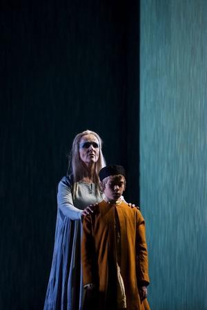 Snart ska den unge Salomo bli ny kung och peka med hela armen. Marianne Eklöf leder in Martin Skarby.