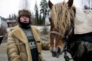 Seija Arnström ser till att Algot får gott hö när det kom fram till Byberget.