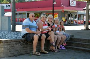 Rolf Johansson och Kerstin Söderling, Laxå, med barnbarnen Ellen, 12, Siri, 10, och Wilma, 7: Kerstin: - Det ser trevligt ut nu. Rolf: - Jag har bott i Laxå i all tid och trivs. Jag tycker det är en fin kommun, synd att inte fler flyttar hit. Foto: Emma Lindström.