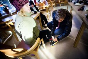 I lördags var det återigen dags för Friluftsfrämjandets bytardag. På bilden hjälper Anna Hansson dottern Victoria Hansson med ett par skridskor, i bakgrunden sitter den yngre brodern Wilhelm Hansson.