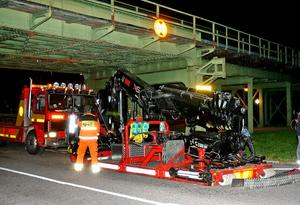 Kranbilen var något högre än den tillåtna höjden på 3,8 meter och det blev en våldsam krasch under Järnbron.