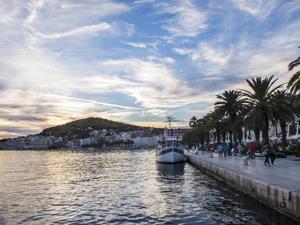 Bildtext 10: Solnedgång över hamnpromenaden Riva i Split.   Foto: Annika Goldhammer