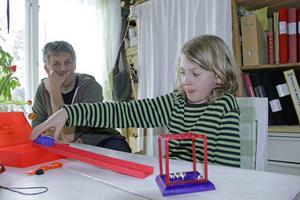 Mio Lomner, nio år, gillar att experimentera och upptäcka världen tillsammans med pappa Stefan.