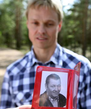 Ronald hade med sig bilder på sin far och när Stefan fick se dem sa han:– Ja, det är han som räddade mig.