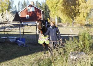 Ines Brundell är en av dem som har hästar hos Lena.
