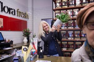 Annelen Lund förvandlar tillfälligt den gamla blomsteraffären till en marknadsplats.