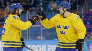 Patrik Berglund firar sitt mål mot Lettland tillsammans med Erik Karlsson