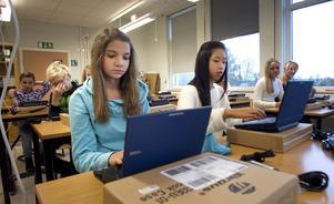 Sarah Giamietro, Felicia Smidt och deras klasskompisar fick egna skoldatorer hösten 2011.