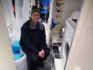 Kaklat badrum med badkar och tvättmaskin är bara en liten del av den digra utrustning som ryms i Per Salomonsons husbil.