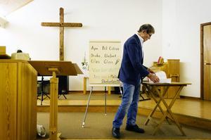 Stig Östman undervisar i Filadelfiaförsamlingens lokaler.