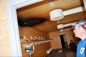 Leo Dahlstedt och Anders Tenbring försöker rädda det som går av omklädningsrummet som blivit fuktskadat.