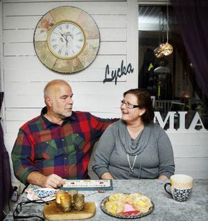 Thomas Hjelm och Mia Julin är ett samspelt par som ibland avslutar varandras meningar, hakar på en annan tanke och har nära till skratt. Det är kärlek, det!