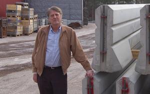 Expanderar. Vd:n Gunnar Englund berättar att företaget kommer att expandera verksamheten inom kort. Det innebär mellan 4-5 nya arbetstillfällen och en ökad produktion med 5 000 ton per år. Bakom syns den plats där utbyggnaden ska göras. Det blir cirka 186 kvadratmeter ytterligare arbetsyta för produktionen. Foto: Göran Persson