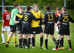 Pontus Edholm (i gult) fortsätter att leverara mål för sitt Brunflo. Han gjorde målet när laget fick 1–1 borta mot Sollefteå.