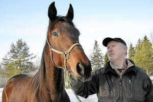 Samförstånd. Ett särskilt band har växt sig starkt genom åren mellan Jens Eriksson och hans häst Nathalie On Rie. Lyhördhet från kuskens sida är viktigt för att hästen ska gå bra på travbanan.