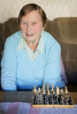 – Schack är ju så spännande, det är som ett krig, säger Georgibelle Fröjse. Varje år deltar hon i SM för synskadade och hon har även varit med i VM. Hon är 88 år och ordförande i Östersundskretsen av Synskadades Riksförbund.