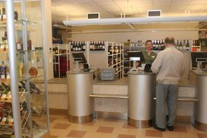 Snart ett minne blott. Till hösten får kunderna plocka själva. Helena Andersson och hennes kolleger får mer tid att tipsa om exempelvis lämpliga viner.