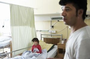 Pappa Hussein Sabah stannar på sjukhuset med sin dotter. När de får åka hem den här gången vet de inte. Foto:Stina Rapp