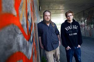Thomas Lindström och Jimmy Rehnstedt hoppas på kommunens tillstånd att uppföra en laglig graffitivägg vid Kastalskolan i Brunflo. De tror att en sådan skulle bidra till att klottret i Brunflo minskade.