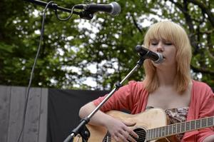Stämningsfullt. Emma Lagnesjö spelade och sjöng låten The Call av Regina Spector.