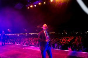INVIGDE KVÄLLEN. Landstingsdirektören Svante Lönnbark skålade med sina medarbetare från stora scenen  i Göransson Arena.