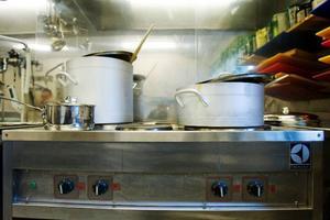 Det finns ett pedagogiskt syfte att laga mat på plats. Dofter och ljud av matlagning stimulerar både barn och äldre.