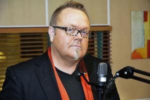 Magnus Leijon är en välkänd radioröst. Han har bland annat gjort morgonprogram och nattradio. Nu hörs han i