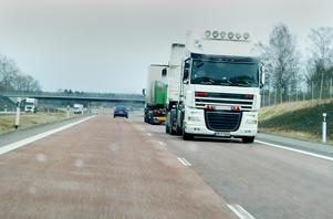 Denna bild togs på E18, på hemväg från en tennismatch i Örebro. Vid ett tillfälle körde vi om två lastbilar. Den ena av dem tycktes BACKA i 80 - 90 km/h! Detta var onsdagen den 18/4.
