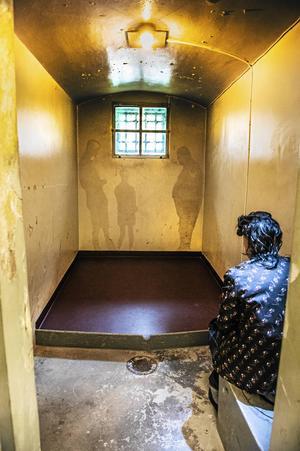 I en cell sitter en sundsvalls raggare som har fått sovit ruset av sig.